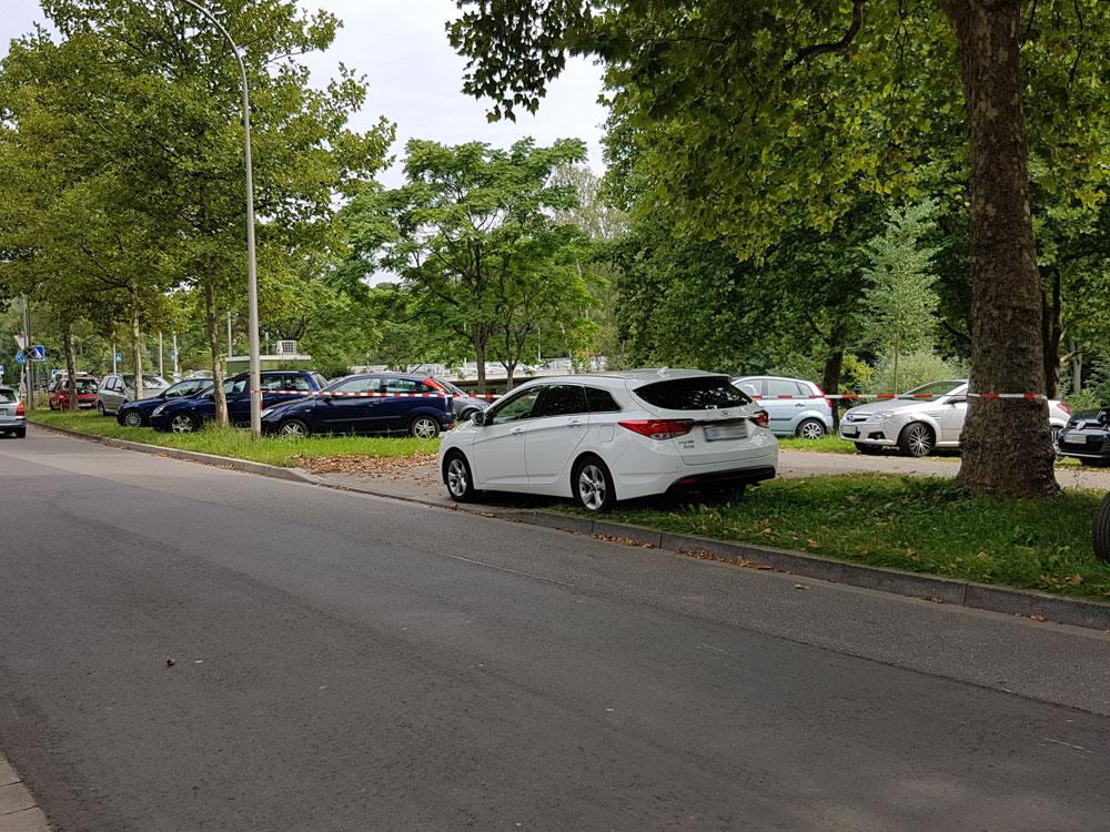 Parken auf dem Gründstreifen oder in Parkanlagen wird durch die Stadt Völklingen in Zukunft nicht mehr akzeptiert. (Foto: Hell)