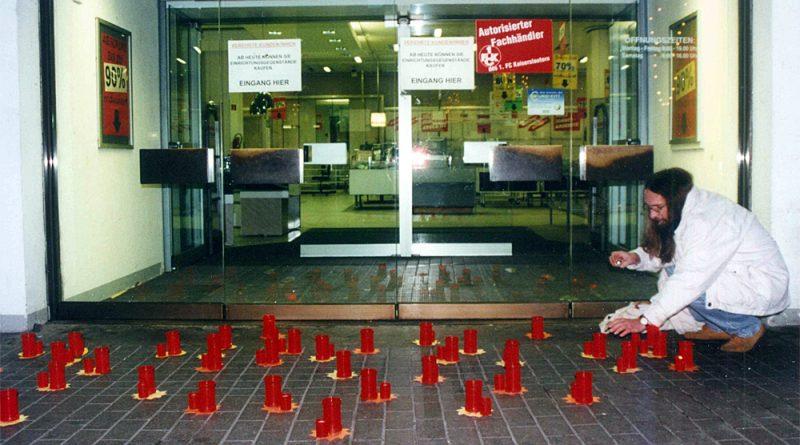 Für das Kaufhof-Team emotional: Kindergartenkinder wünschten ihnen mit Pappsternen und Kerzen nur das Beste für die Zukunft. (Foto: Sammlung Hahn)