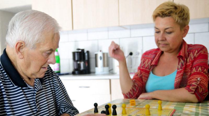 Pflege bedeutet auch Unterhaltung (Foto: Pflegeherzen)