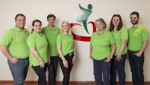 Das Expertenteam von Pflegeherzen von rechts: Luigi Avarello, Vera Kaiser, Irena Pokora. Jane Schröter, Gregor Euskirchen, Eylem Temi und Krystian Temi. (Foto: Pflegeherzen)