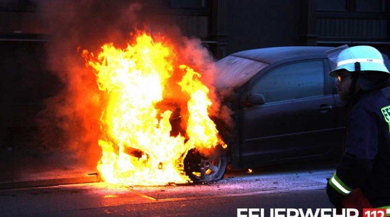 Der brennende VW Polo in Wehrden (Foto: Feuerwehr Völklingen)