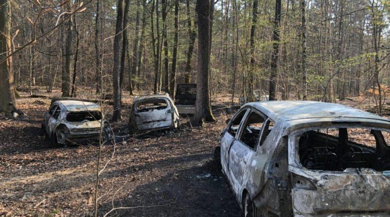 Die Feuewehr wurde zu einem Brand von mehreren PKW im Wald zwischen Lauterbach und der Landesgrenze zu Frankreich alarmiert. Etwa 2,5km tief im Wald konnten die brennenden Fahrzeuge lokalisiert werden. Ein Trupp unter schwerem Atemschutz löschte die Fahrzeuge ab. Abschließend wurde die Einsatzstelle an die Polizei übergeben. (Foto: FFW Völklingen)