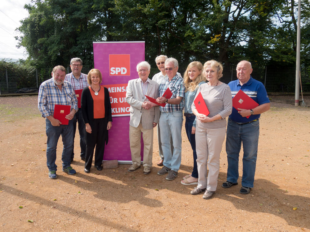 Von rechts: Werner Brakhan (25), Ulrike Kuhn (25), Josephine Ortleb, Wolfried Willeke (25), Carl Kleim (45), Egon Marx (50), Christiane Blatt, Jürgen Schneider (40), Gerhard Theobald (30); Aufnahme: Roskothen-SPD