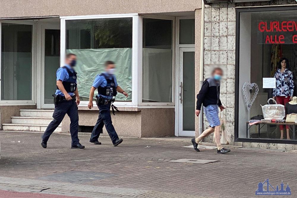 """Polizisten begleiten den Mann, der laut Augenzeugen wohl """"nur einen Döner holen"""" wollte, nach Hause (Leserfoto)"""
