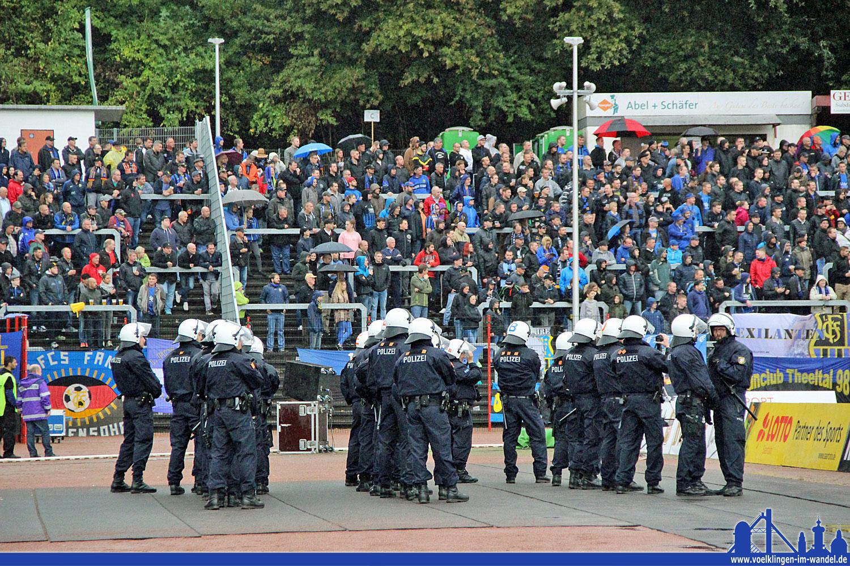 Polizei im Hermann-Neuberger-Stadion (Foto: Hell)