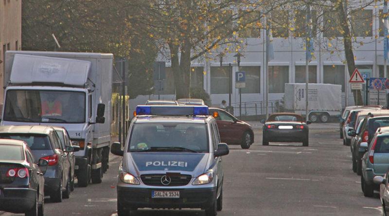 """""""Polizei in Völklingen"""" von www.völklingen-im-wandel.de ist lizenziert unter einer Creative Commons Namensnennung - Weitergabe unter gleichen Bedingungen 4.0 International Lizenz."""