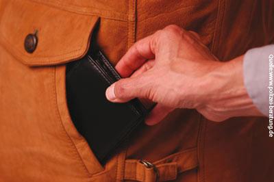Taschendiebstahl (Symbolfoto: www.polizei-beratung.de)