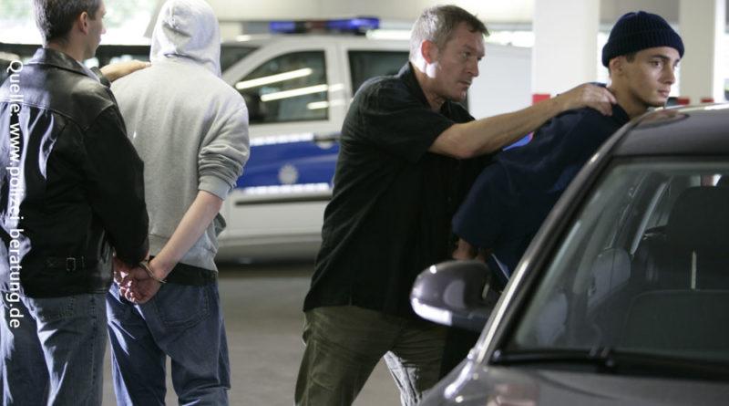 Da klicken die Handschellen: Verhaftung durch zivile Einsatzkräfte der Polizei, Symbolbild. Quelle: www.polizei-beratung.de