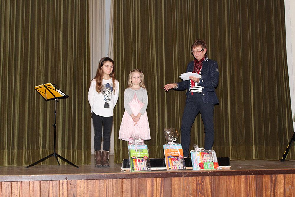 Gisela Rink konnte aber Mia Heilbrunn und Jolina Genuardi gratulieren, denn deren Luftballons sind über 100 km weit geflogen (Foto: CDU)