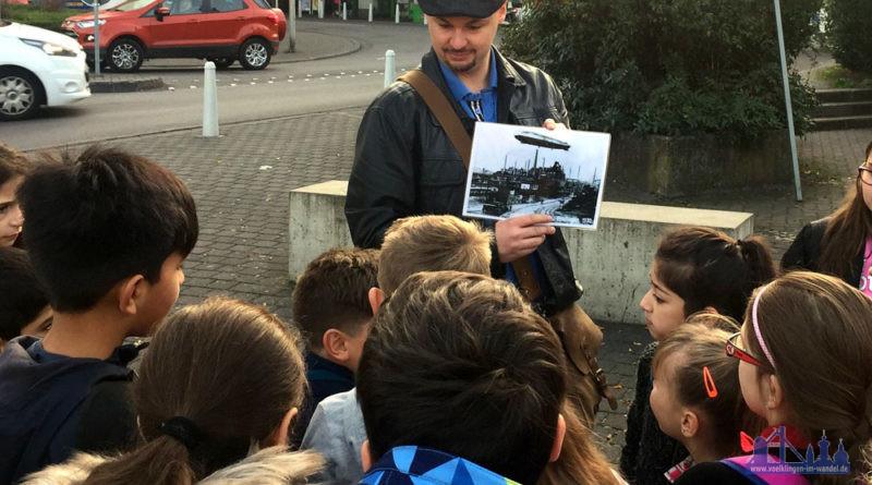 Stadtführer Christian Müller begibt sich mit seinen Gästen auf die Spuren der Vergangenheit (Foto: Stadt)