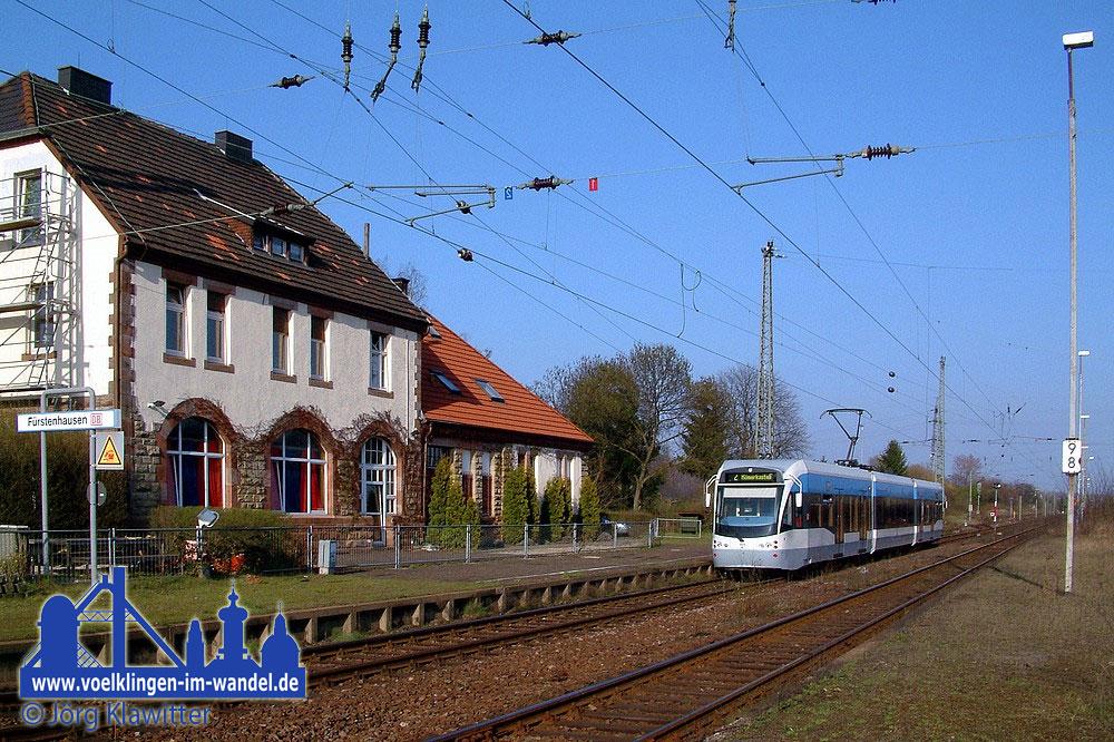 April 2004 Aufgrund der damals stattfindenden Saarmesse fuhr die Saarbahn noch bis Sonntag Abend auf der DB-Strecke Saarbrücken - Saardamm - Messebahnhof - Fürstenhausen. © Jörg Klawitter