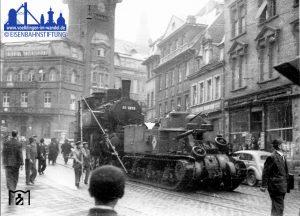 Der Kampfpanzer des Typs M3 Lee/Grand passiert mit der Saarbrücker 91 1819 im Schlepptau das Rathaus Völklingens © Eisenbahnstiftung