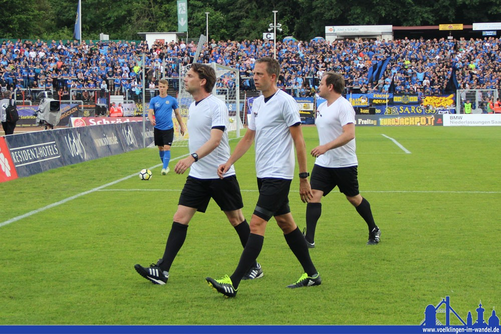 Das Schiedsrichtergespann um Guido Winkmann (vorne weg) brachte den FCS Anhang das ein oder andere Mal zum Fluchen - zu Recht? (Foto: Hell)
