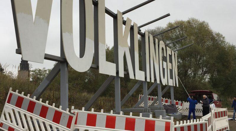 Völklingen-Schriftzug am Saarufer: Flüchtlinge beseitigen Vandalismus-Schäden (Foto: Heiko Recktenwald)