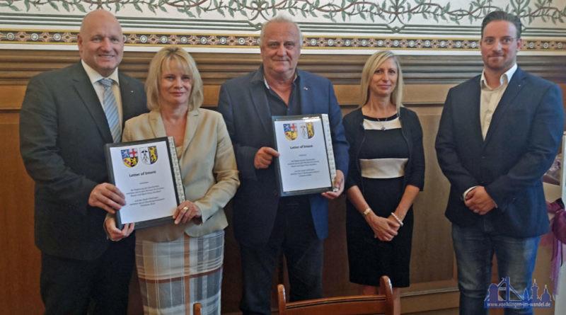 Saarlands Innenminister Klaus Bouillon und Völklingens Oberbürgermeisterin Christiane Blatt unterzeichnen Sicherheitspartnerschaft