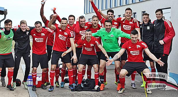So sehen Sieger aus: Röchling-Kicker feiern den Sieg in Karbach (Foto: SV Röchling)
