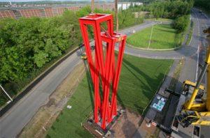 Die Skulptur beim Aufstellen (Foto und Text: Saarstahl AG)