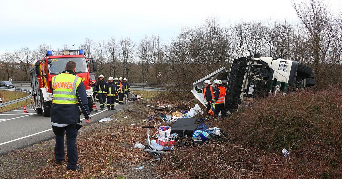 """Die Gefahrstoffeinheit der Feuerwehr Völklingen wurde zur Unterstützung der Feuerwehr Friedrichsthal zu einem verunfallten Gefahrgut LKW gerufen. Gegen 10.30 Uhr ist dieser auf der Überleitung von der A 623 zur A 8 in Fahrtrichtung Luxemburg verunfallt. Da die Ladung, welche aus 23 Tonnen """"2-Ethyl-Hexyl-Acrylat"""" bestand, in einen Ersatz-LKW umgepumpt werden musste, übernahmen die Mitglieder der Gefahrstoffeinheit die Absicherung des Umpumpvorgangs, um im Falle eines Stoffaustritts sofort eingreifen zu können. (Text FFW Völklingen/Foto Avenia)"""
