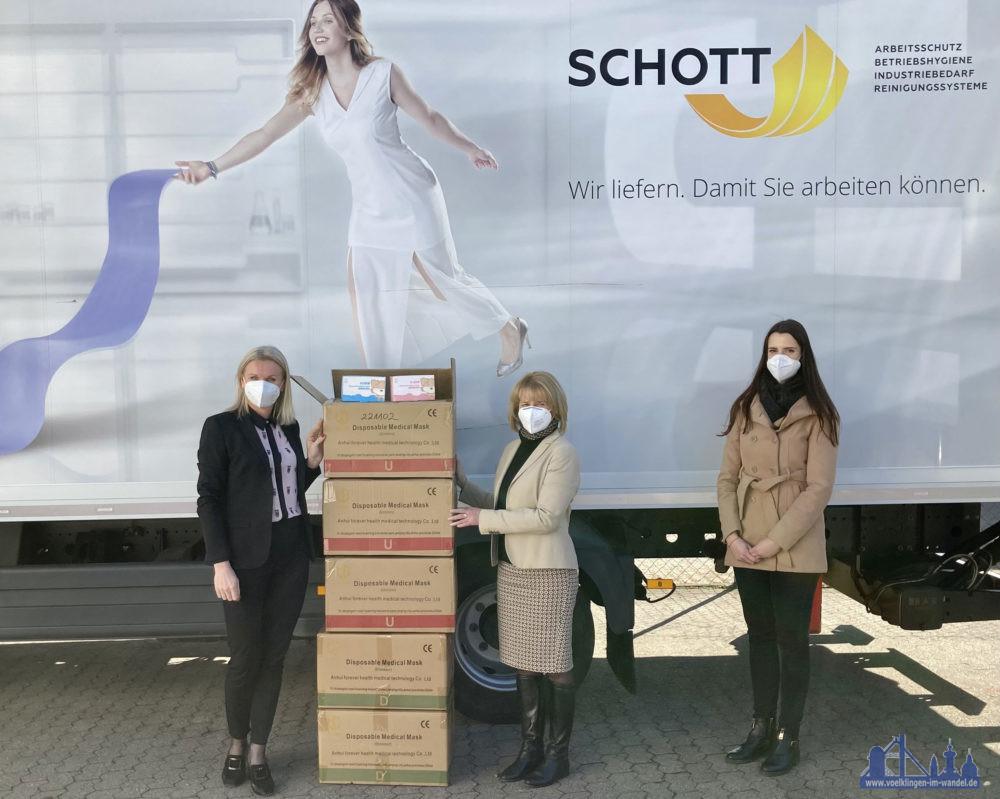 Katarzyna Schott übergibt die Kartons mit den Schutzmasken an Oberbürgermeisterin Christiane Blatt und Tina Reitler. (Bild: Stadt Völklingen, S. Feß)