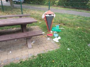 Der vermüllte Spielplatz an der Siemensstraße (Leserfoto)