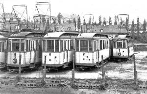 Die nicht mehr gebrauchten Straßenbahnen wurden bei einer Feuerwehrübung verbrannt (Foto: Sammlung Ganster)