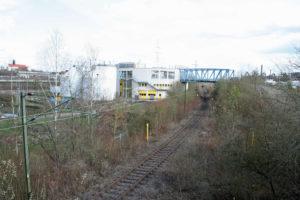 Die Verbindung über die Saar nach Völklingen: Bis tief in das Industriegebiet bei Wehrden ist die Strecke noch elektrifiziert und genutzt (Foto: Hell)