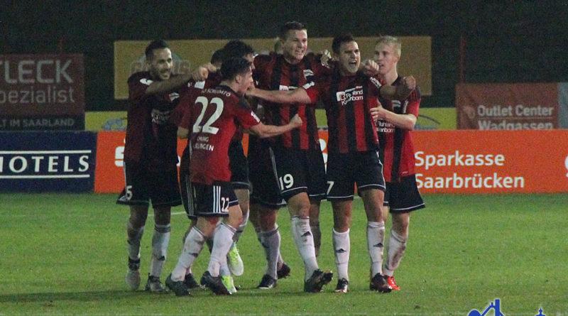 Die Spieler des SV Röchling Völklingen bejubeln das 2:2 (Fotos: Hell)