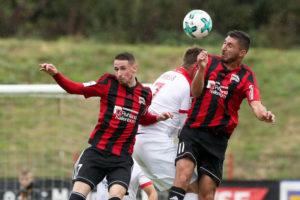 Jan Issa und Metin Caner nehmen einen Gegenspieler in die Zange (Foto: Schlichter)