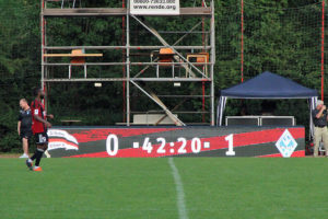 ... sondern auch die gemeinsam mit dem 1. FC Saarbrücken genutzte neue LED-Bande. (Foto: Hell)