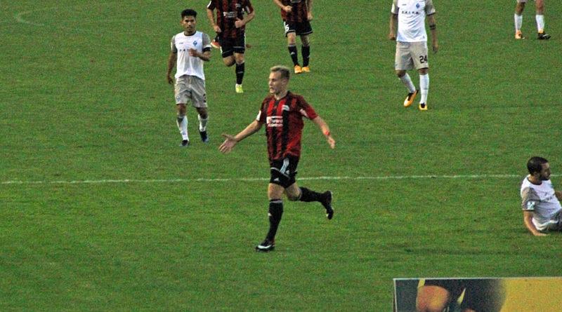 Wollbold bejubelt seinen ersten Regionalligatreffer (Foto: Hell)