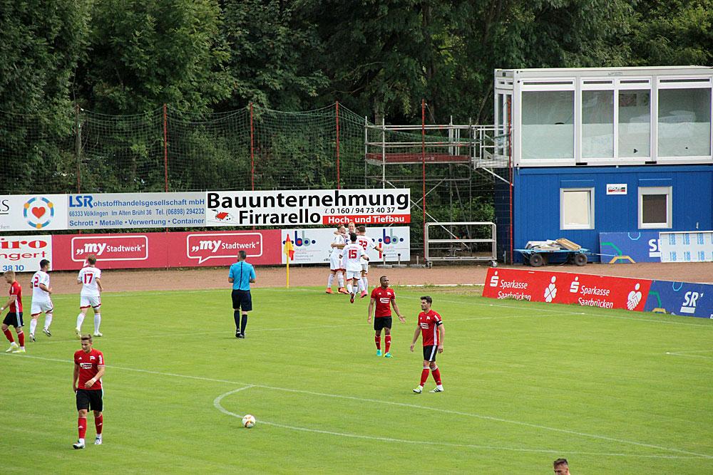Zunächst jubeln die Gäste: Yannick Krist köpft die TSG Pfeddersheim zur 1-0 in Führung (Foto: Hell)