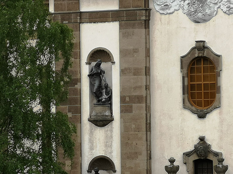 Mit ihrem Kot verunreinigen Tauben oftmals auch Fassaden und andere Gebäudeteile wie hier die Zierelemente an der Fassade der Versöhnungskirche. (Foto: Hell)