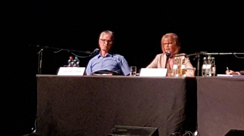Stephan Tautz (parteilos) und Christiane Blatt (SPD) bei der Podiumsdiskussion (Foto: Hell)