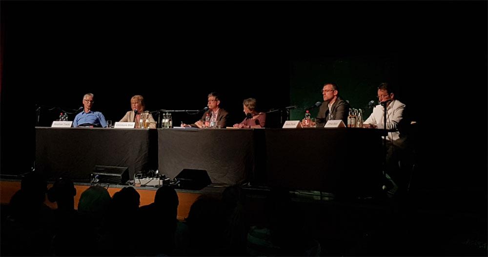 V.l.n.r.: Stephan Tautz (parteilos), Christiane Blatt (SPD), die beiden Moderatoren der Podiumsdiskussion, Kevin Frank (CDU) Otfried Best (NPD) | Foto: Hell
