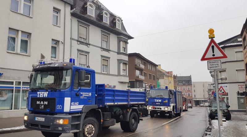Das THW rückte mit seinen schweren LKW an. (Foto: Hell)