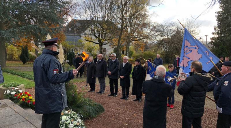 Im Anschluss an die Gedenkfeier legte Oberbürgermeister Klaus Lorig gemeinsam mit Forbachs Bürgermeister Laurent Kalinowski an der Erinnerungsstätte an die Zwangsarbeit auf dem Waldfriedhof einen Kranz nieder. (Foto: Stadt)