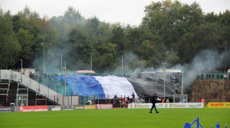 Neben dem Einsatz verbotener Pyrotechnik gab es auch verbotene Platzstürmungen (Foto: Hell)