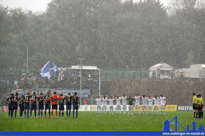 Schweigeminute im Hermann-Neuberger-Stadion bei strömenden Regen: Teams trauern um Herbert Martin (Foto: Hell)