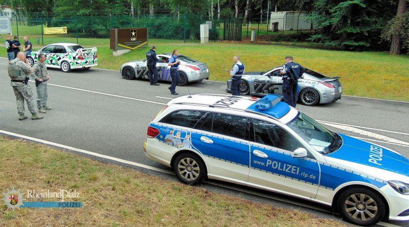 Ein häufiges Bild an Sommerwochenenden: Die Polizei kontrolliert getunte Fahrzeuge (Foto: Polizei RLP)