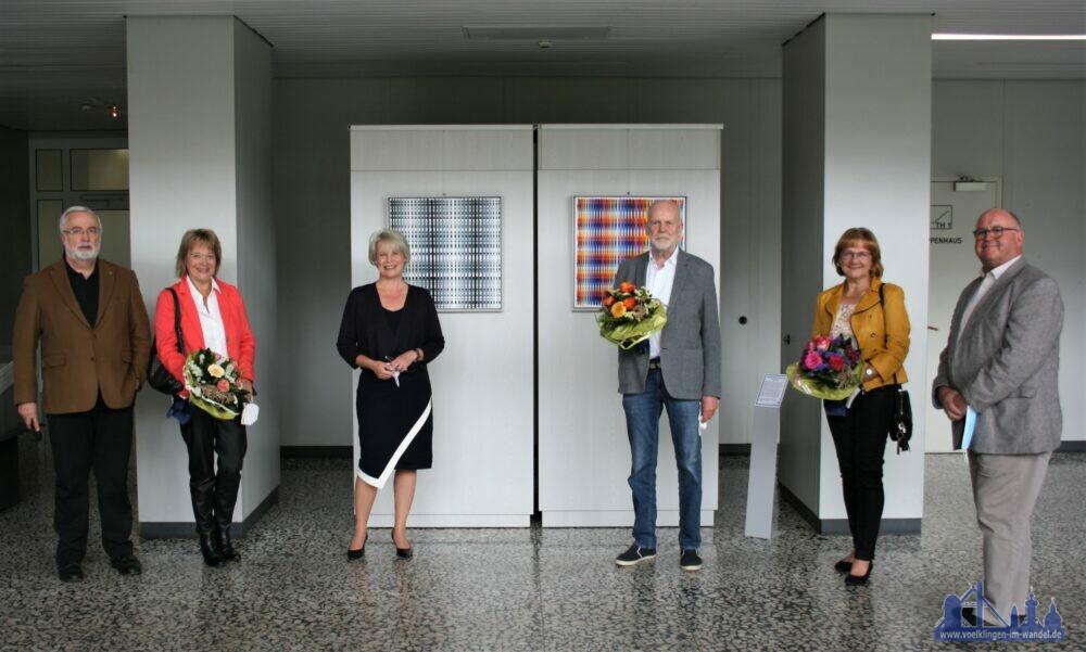Christiane Blatt, Joachim Ickrath (3. von rechts), Martina Schmidt-Maurer (2. von rechts) sowie die Mitglieder des Kulturgut Völklingen e.V. freuen sich über die neuen Werke im Neuen Rathaus. (Stadt Völklingen, S.Feß)