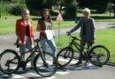 Verkehrsplanerin Anna Lena Altmeier (links) und Oberbürgermeisterin Christiane Blatt übergeben der Jugendverkehrsschule, vertreten durch Jennifer Dedisch (Mitte), die neuen Fährräder. (Quelle: Stadt Völklingen, S. Feß)