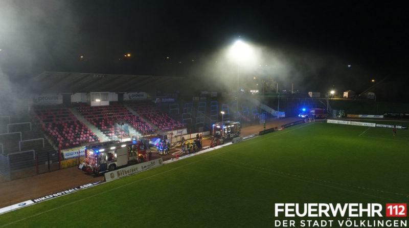 Rauch im Hermann-Neuberger-Stadion, zwei Personen vermisst: Der Löschbezirk Völklingen und die FFw. Püttlingen proben im Hermann-Neuberger-Stadion den Ernstfall (Foto: Feuerwehr Völklingen)
