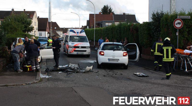 Die Einsatzkräfte schalteten die Fahrzeuge stromlos und nahmen die ausgelaufenen Betriebsmittel auf. Anschließend wurde die Einsatzstelle an die Polizei übergeben. (Foto: Freiwillige Feuerwehr Völklingen)