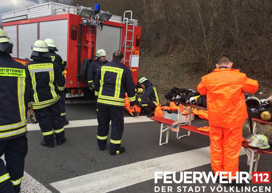 Die Gefahrstoffeinheit der Feuerwehr Völklingen, hier im Einsatz bei einem Gefahrgut-Unfall in Friedrichsthal, kommt immer dann zum Einsatz, wenn gefährliche Stoffe und Güter involviert sind. Sie verfügt über einen Gerätewagen Gefahrgut 2 (GW-G 2), welcher im Löschbezirk Ludweiler stationiert ist. In das Konzept der Gefahrstoffeinheit sind auch andere Fahrzeuge aus den verschiedenen Löschbezirken der Feuerwehr Völklingen eingebunden, die im Einsatzfall die Wehrleute zur Einsatzstelle bringen. (Foto: FFW Völklingen)