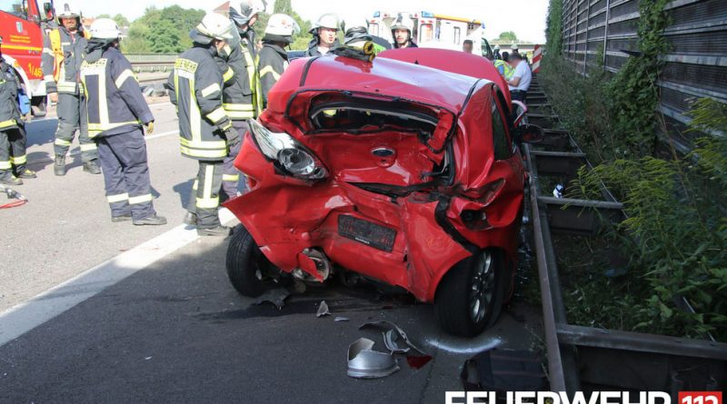 Verkehrsunfall mit tödlich verletzter Person und mehreren leicht Verletzten auf der BAB 620 (Foto: Feuerwehr Völklingen)