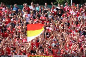 Während die Union-Fans ihr Team bereits feiern,.....