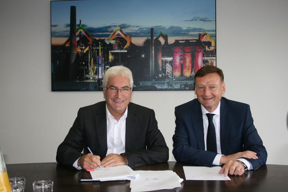 Oberbürgermeister Klaus Lorig und Michael Röther unterschreiben den Kaufvertrag (Foto: Stadt VKL)
