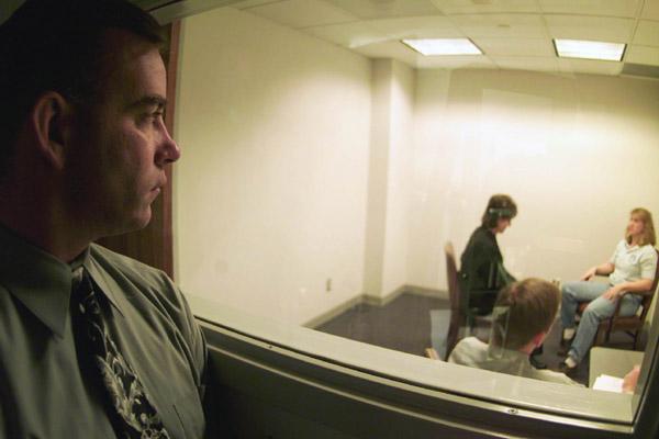 Polizeiliche Vernehmung, beobachtet durch einen Einwegspiegel (Diese Datei ist ein Werk eines Angestellten der U.S. Air Force, das im Verlauf seiner offiziellen Arbeit erstellt wurde. Als ein Werk der Regierung der Vereinigten Staaten ist diese Datei gemeinfrei.)