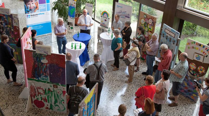Oberbürgermeister Klaus Lorig und Diakoniepfarrer Udo Blank eröffnen gemeinsam die Ausstellung im Völklinger Rathaus. Fotohinweis: Diakonie Saar/Schumann