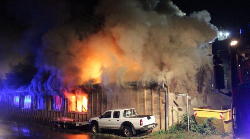 Großbrand mitten im Wohngebiet von Friedrichsthal, ein Feuerwehrmann im Krankenhaus (Foto: Rafael Mailänder)
